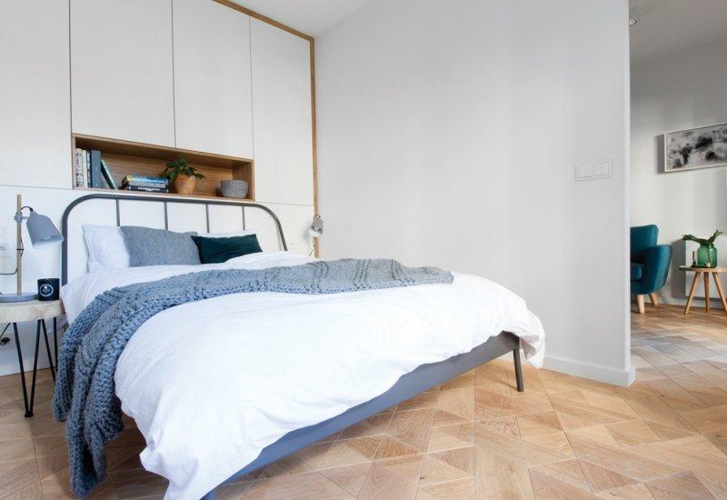 Szafa biały lakier mat połączony z drewnem dębowym fronty otwierane na dotyk dąb rama i wneka olejowana